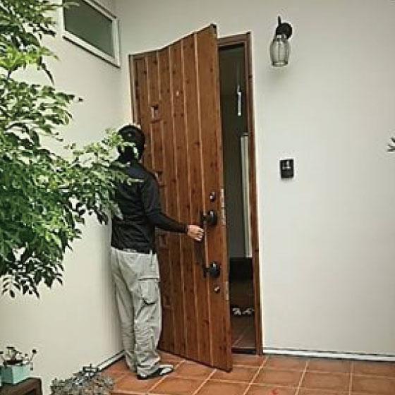 ドアの開き方を確認している人