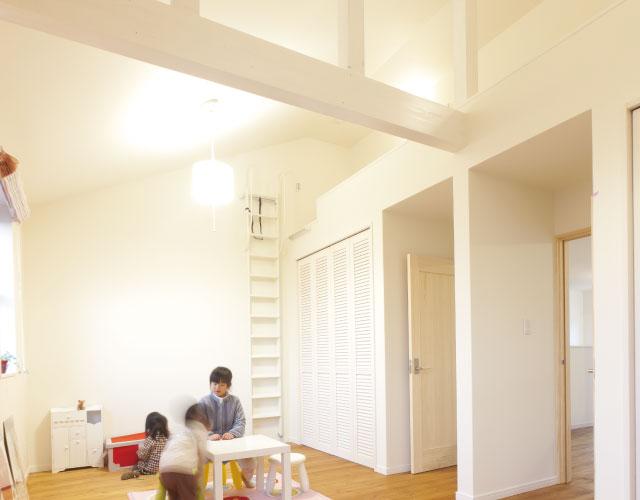 部屋の中で遊ぶ子供