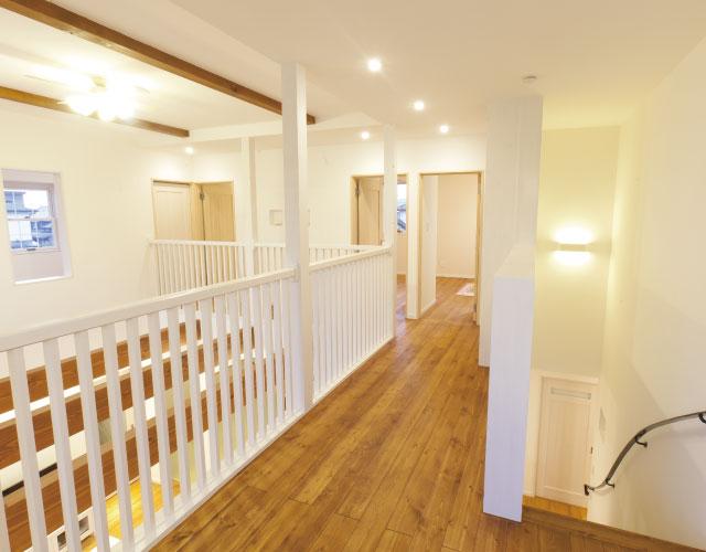 白い手すりが美しい家
